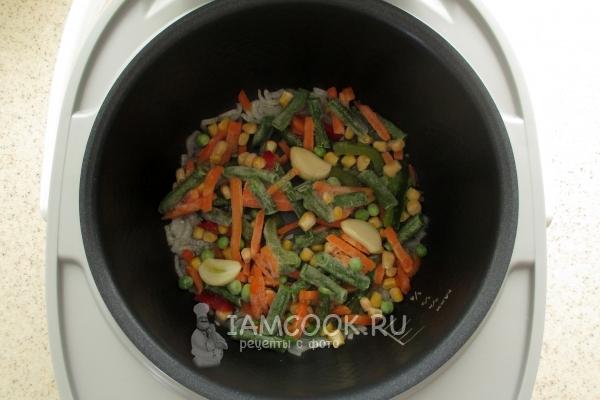 Положить овощи и чеснок