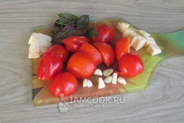 Порезать овощи и сыр