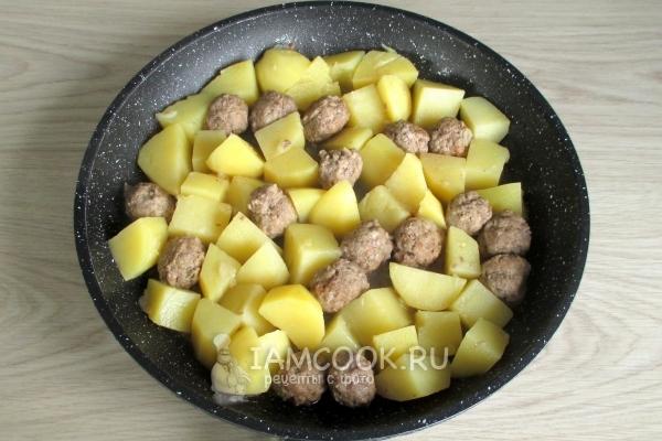 Потушить картофель с фрикадельками