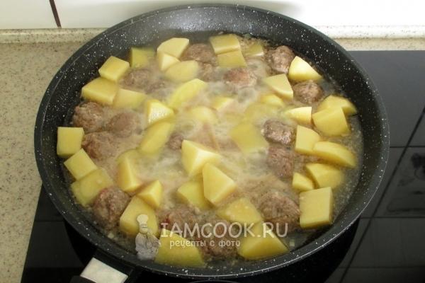Положить фрикадельки с картофелем в сковороду