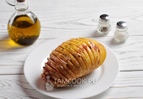 Выложить в картофель бекон