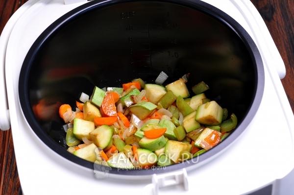 Добавить перец и кабачок