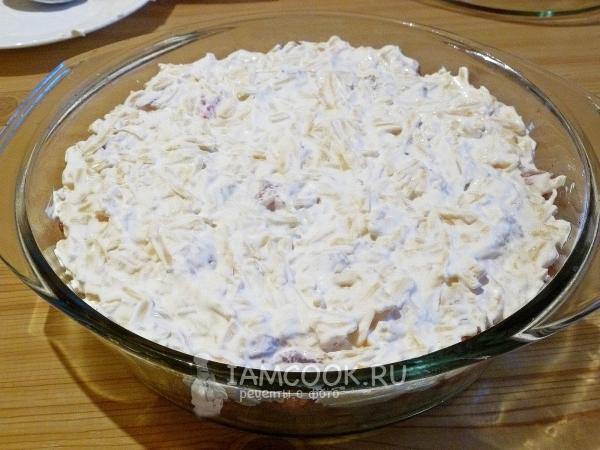 Положить слой сыра со сметаной