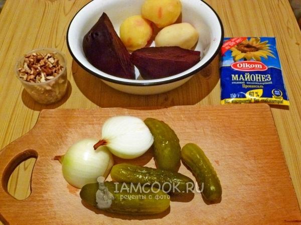 Ингредиенты для слоеного салата со свеклой и солеными огурцами