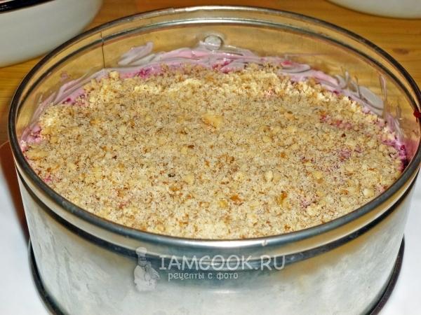 Посыпать салат орехами