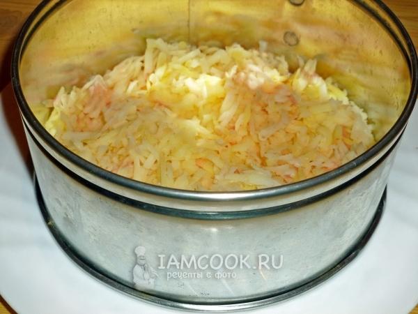 Выложить слой картофеля