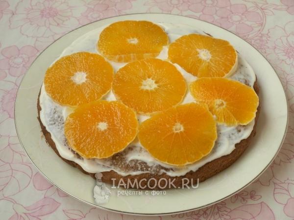Положить на бисквит крем и апельсин