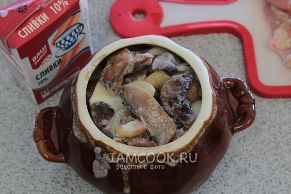 Добавить грибы и сливки