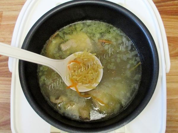 Варить куриный суп в мультиварке около 30 минут