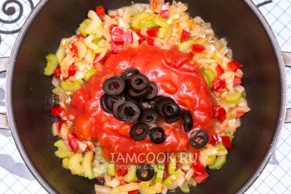 Потушить овощи с соусом и оливками