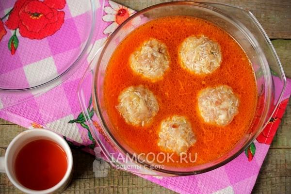 Положить шарики в воду с морковью и томатной пастой
