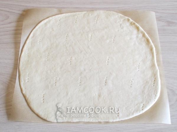 Раскатать тесто и наколоть вилкой
