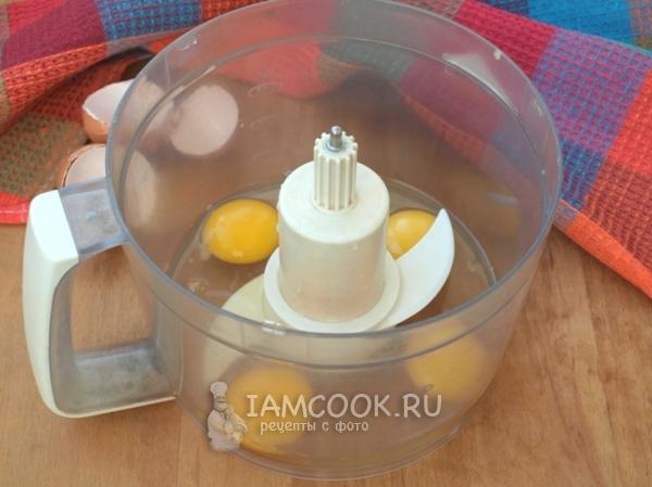 Яйца в чаше блендера