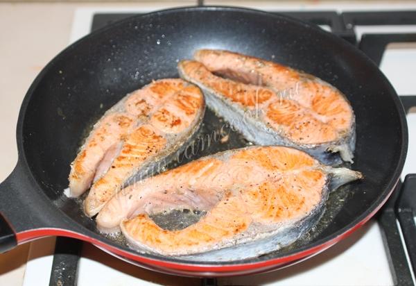 Жарка стейков из форели на сковороде
