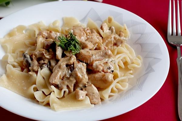 Паста с курицей ресторанное блюдо на вашем столе