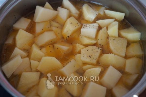 Влить воду и положить картофель