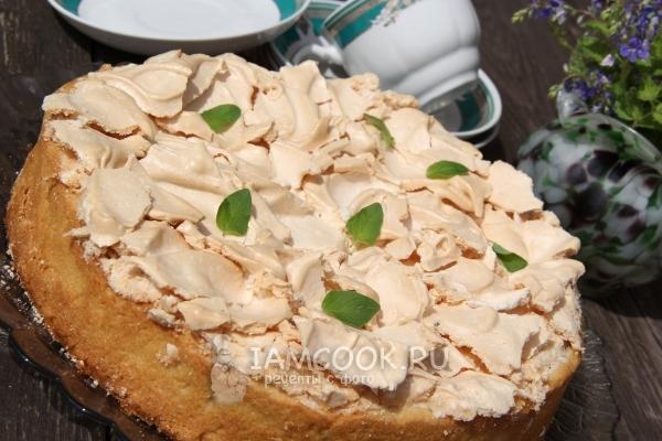 Фото песочного пирога с творогом, ягодами и меренгой