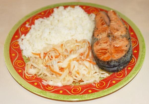 Стейк форели с рисом и квашенной капустой