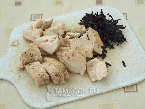 Порезать мясо и базилик