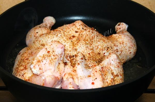 Цыпленок табака под прессом на сковороде - рецепт, как и сколько готовить