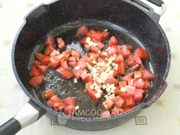 Обжарить помидоры с чесноком