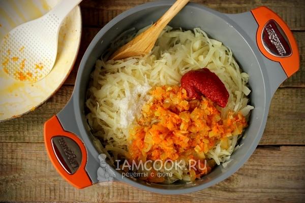 Капуста с морковью и томатной пасты