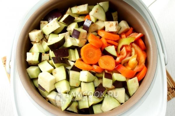 Добавить баклажаны, перец и морковь