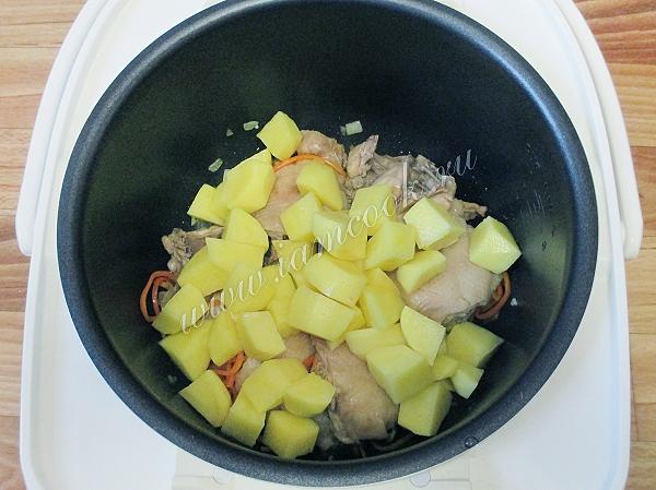 Добавляем в мультиварку картофель
