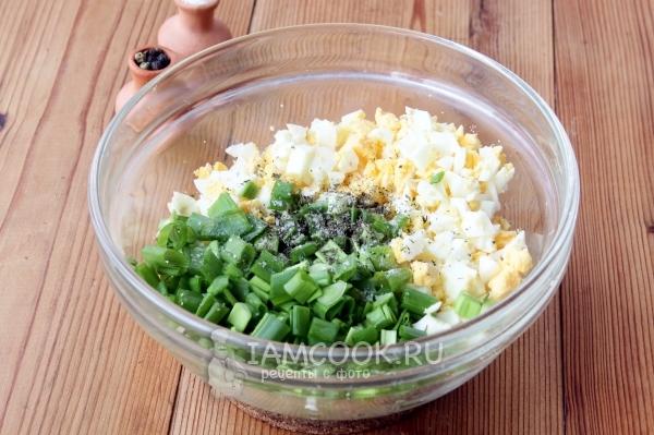 Соединить яйца, лук, соль и перец