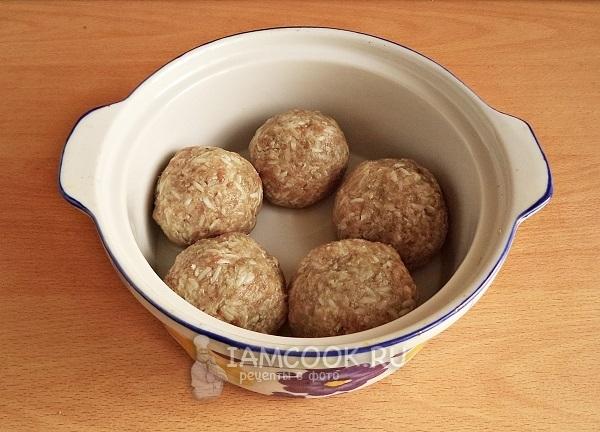Положить мясные шарики в форму