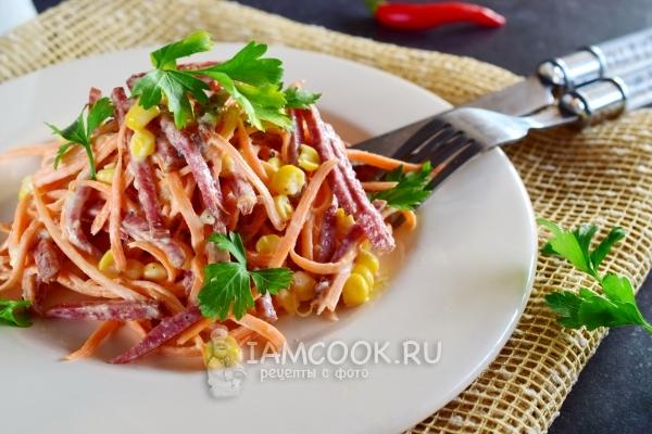 Фото салата с морковкой, копченой колбасой и кукурузой