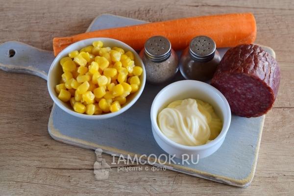 Ингредиенты для салата с морковкой, копченой колбасой и кукурузой