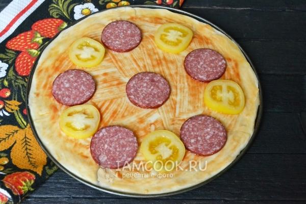 Положить колбасу и помидор