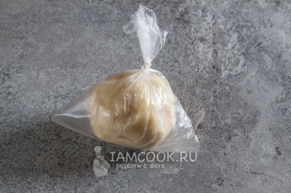 Положить тесто в пакет