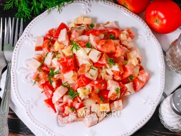 Салат с копченой курицей, сыром и зеленью изоражения