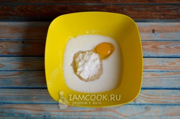 Соединить кефир, яйцо и сахар