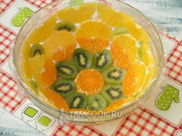 Выложить в тарелку фрукты