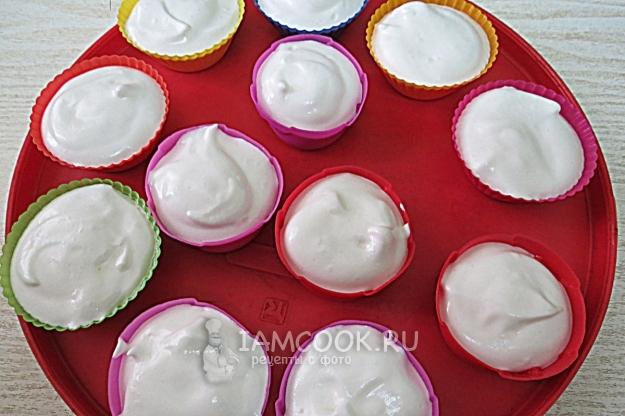 Разложить крем по формочкам