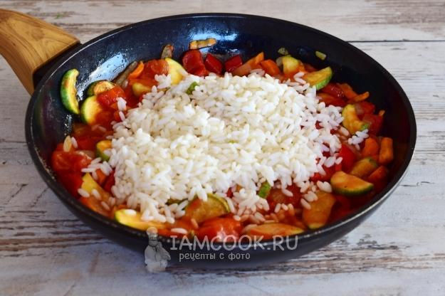 Положить рис к овощам
