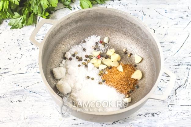 Соединить соль, специи и чеснок
