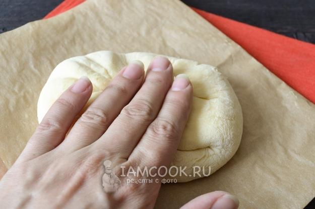 Примять тесто рукой