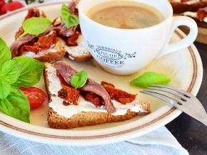 Гренки с анчоусами, вялеными томатами и сливочным сыром — рецепт с фото пошагово