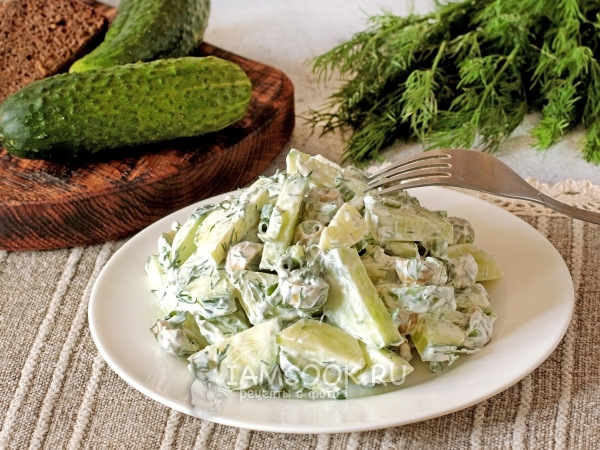 Огуречный салат с оливками и сметаной — рецепт с фото пошагово
