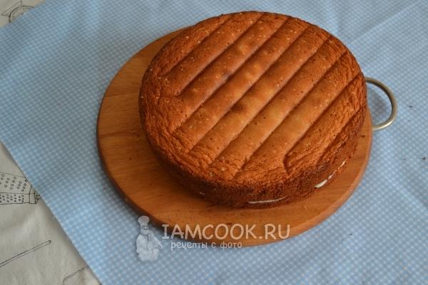 Промазать бисквит кремом