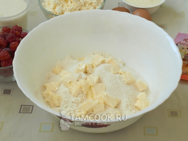 Соединить масло, сахар и муку