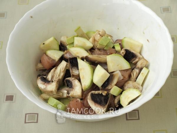Филе бедра индейки с грибами в духовке