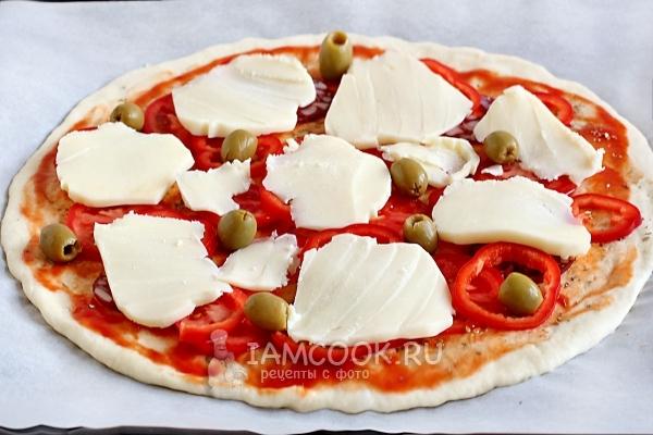 Положить оливки и сыр