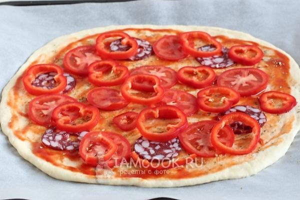 Положить колбасу, перец и помидоры