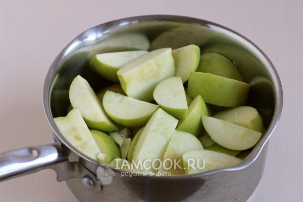 Порезать яблоки в кастрюлю