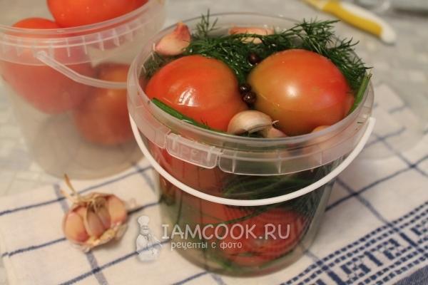как засолить помидоры на зиму в ведре